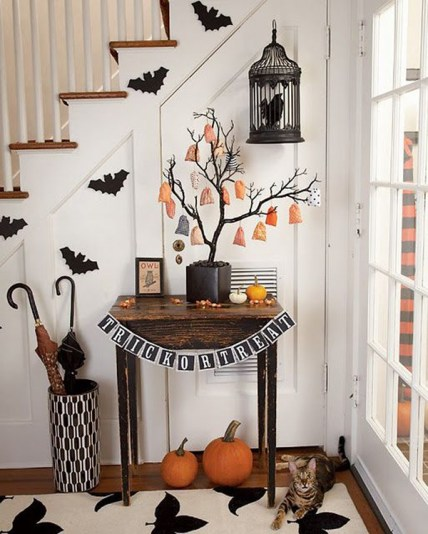 Black-and-white-entryway-for-halloween-decor