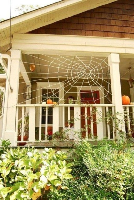 Cool-apartment-balcony-with-spider-web-and-pumpkin-decor
