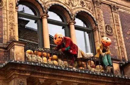 Coolest-halloween-balcony-ideas-with-pumpkin-man