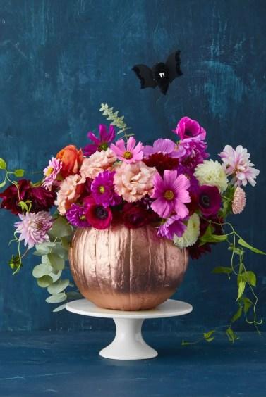 Halloween-pumpkin-vase-with-flowers-1537889761