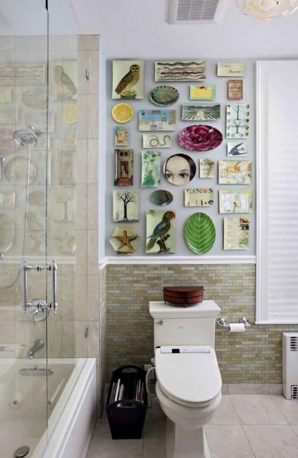 Schrullige-Wand-von-Decoupage-Tellern-wird-zum-Schwerpunkt-in-diesem-umgestalteten-modernen-Badezimmer-75612