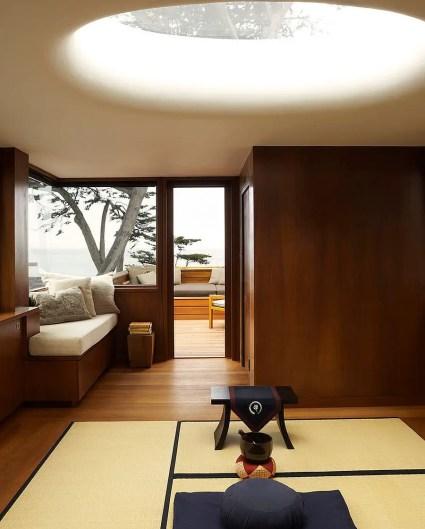 Atemberaubende-Nutzung-von-Oberlicht-für-den-Meditationsraum-im-asiatischen Stil