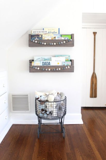 Wall-hanging-shelves-for-books-and-garlands-2