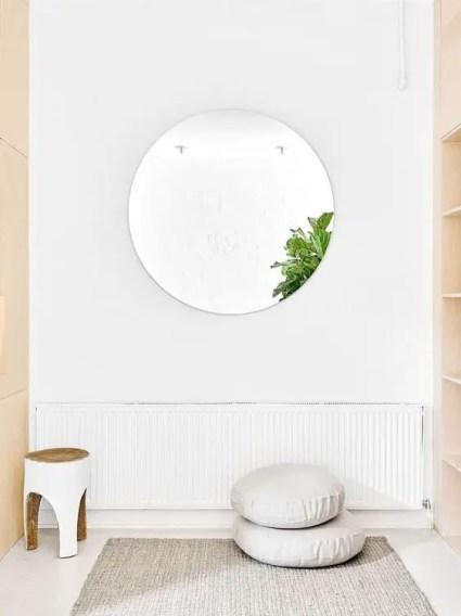 Ein-minimalistischer-Yoga-Raum-mit-einer-Matte-Kissen-und-einem-Hocker-du-nicht-mehr-brauchst