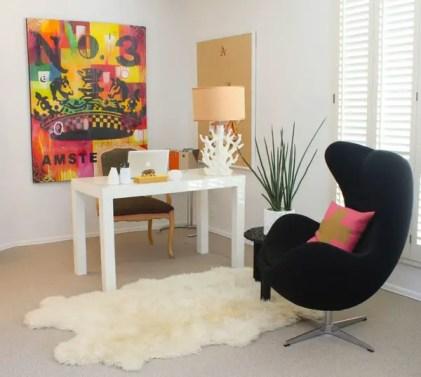 Stylisches-minimalistisches-Home-Office-mit-Sessel