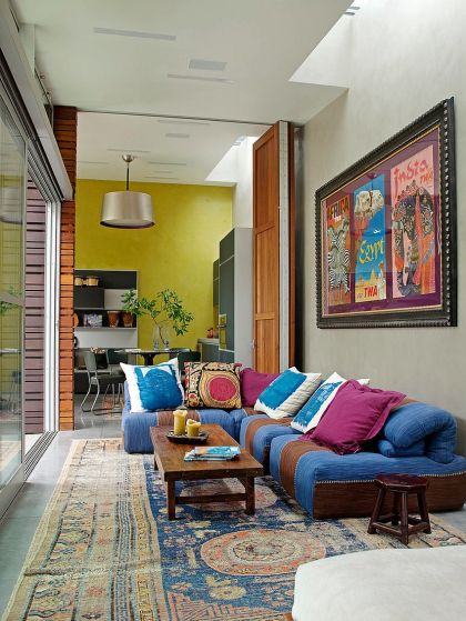 Stylish-sofa-brings-color-to-the-eclectic-living-room