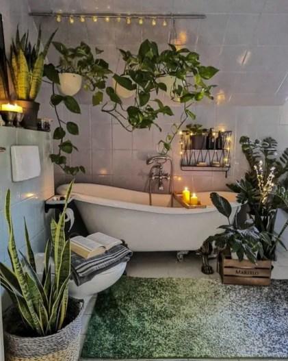 Ein-urbaner-Dschungel-Badezimmer-mit-Kletterpflanzen-Topf-Statement-einer-Klauenfuß-Wanne-und-einem-grünen-Teppich