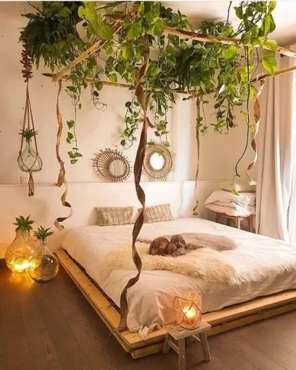 Kletterpflanzen-bedecken-das-Baldachin-des-Bettes-machen-das-Schlafzimmer-boho-und-erinnern-an-eine-Oase