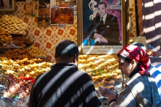 El rey de Marruecos vigila expectante desde su retrato en un mercado de Marrakech, Marruecos. © mateoht 1990-2013 - http://lafotodeldia.net