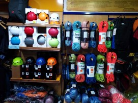 Foto del interiro de la tienda fisica, Agujetas material de escalada
