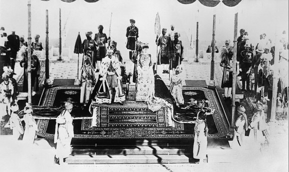 1024px-India_Before_the_First_World_War;_George_V_and_Queen_Mary_at_Delhi_Durbar_Q107150