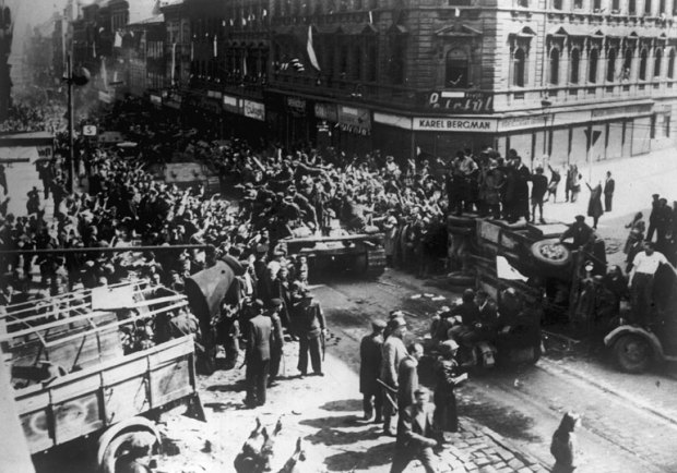 Prague_liberation_1945_tanks_barricades