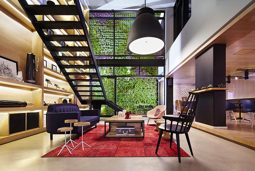 """alt= """"Area lounge dell'hotel Click Clack - progetto di PlanB - Bogotà, Colombia"""""""