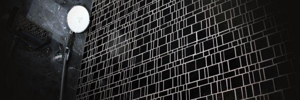 "alt=""rivestimenti-bianco-nero-design-piastrelle-mosaico-vetro"""