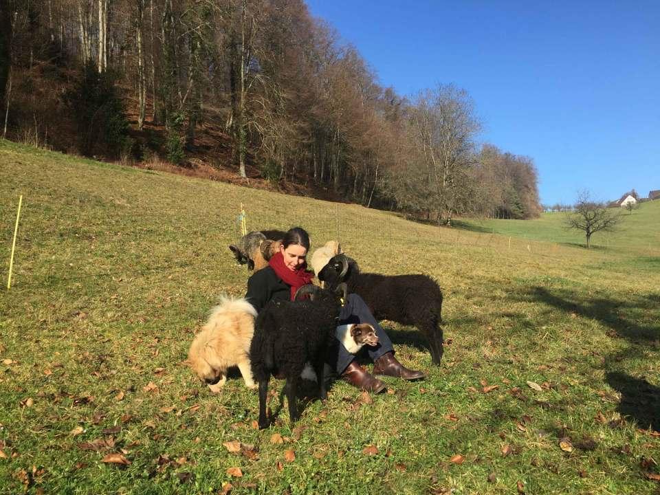 Sandra Knecht mit Haustieren auf einer heimatlichen Wiese.