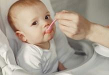Criança sendo alimentada
