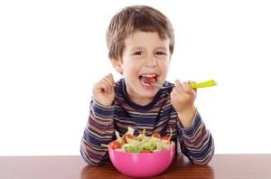 nino comiendo ensalada