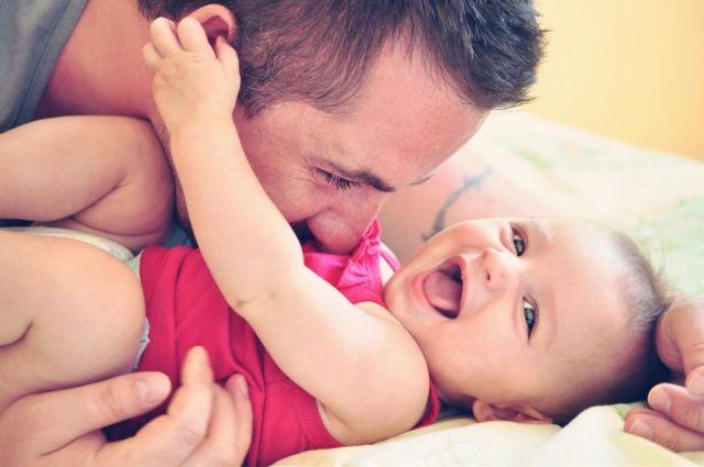 hombre con bebe
