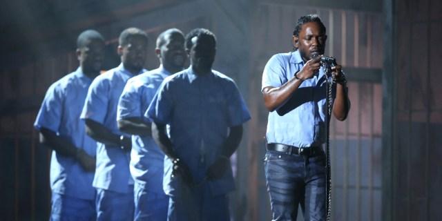 Kendrick Lamar no Grammy Awards, em 2016. Rapper entrou acorrentado e vestido com um uniforme de prisioneiro em apresentação histórica.