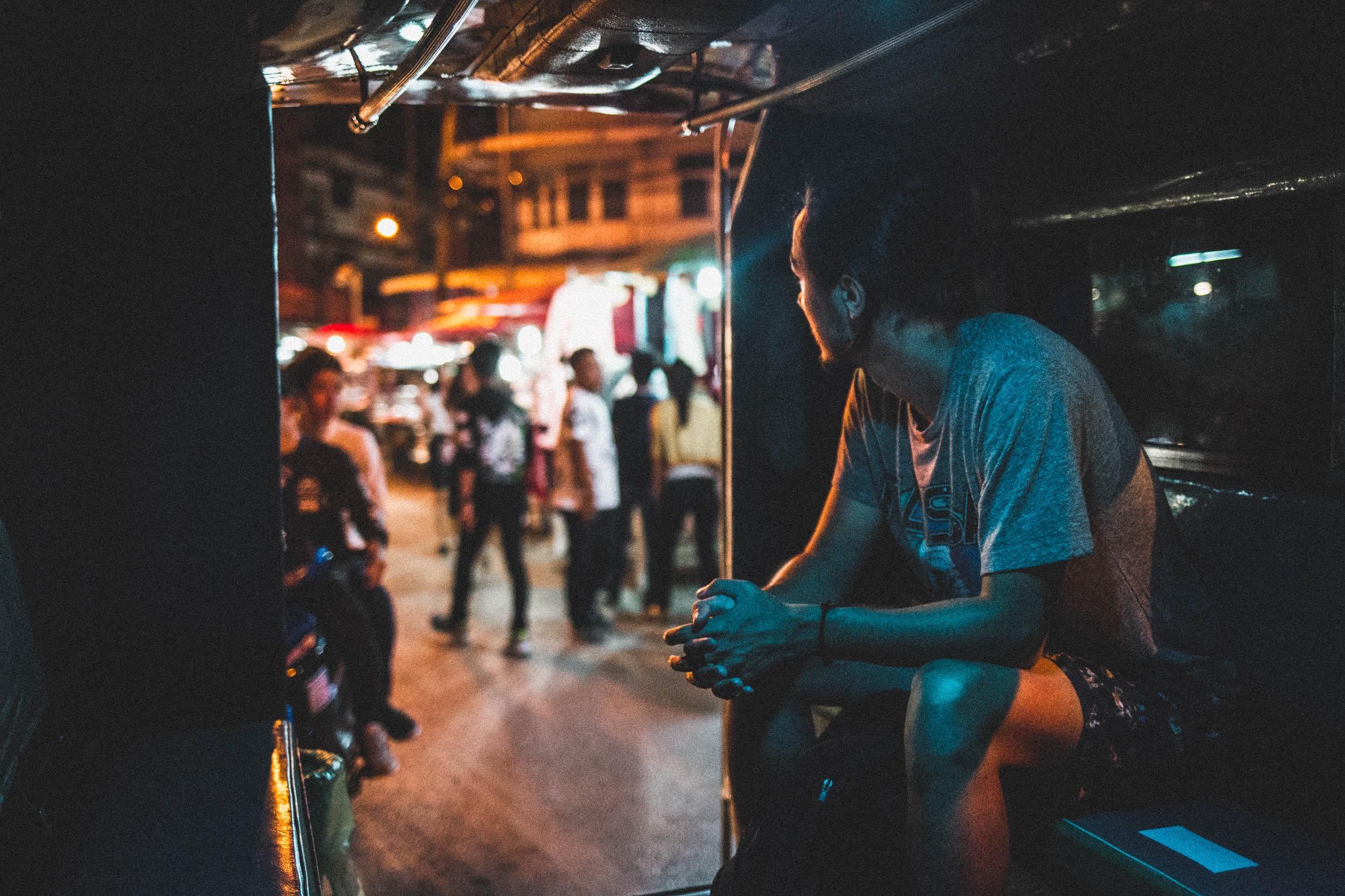 Os painéis de neon em Chiang Mai escondem algo