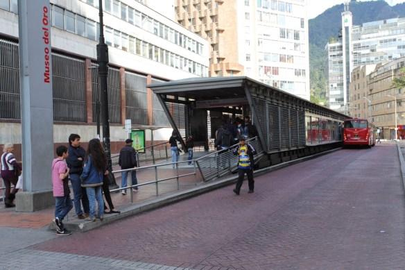 TransMilenio Haltestelle - Dass da so wenig Leute sind, liegt am Aufnahmedatum: Sonntag.