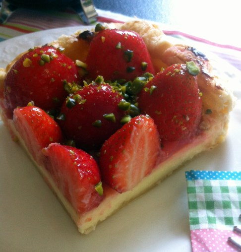 Erdbeer-Quark-Marzipantorte Stück auf dem Teller Juni 2014
