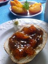 Aprikosen-Mohn-Marmelade auf Mohnbrötchen