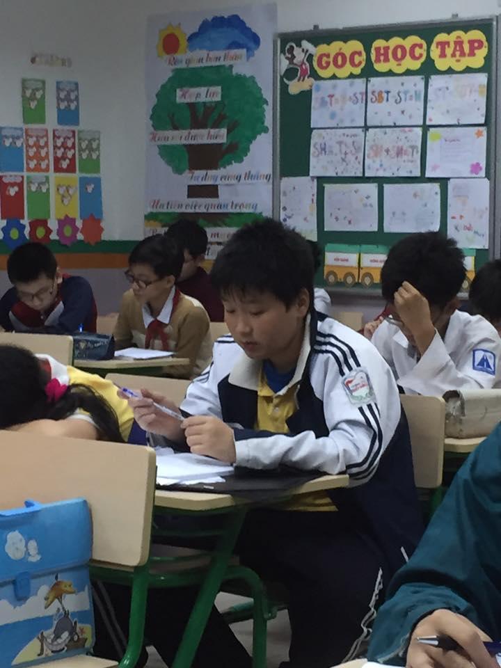 Học sinh hào hứng làm bài thi thử APMOPS