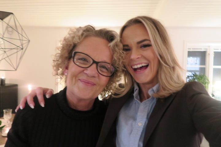 Power woman! Tjej skrattar med sin mamma. Matilda Nordling. Tilda har blå skjorta och brun kavaj över. Matilda Nordling blogg