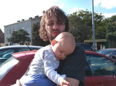tata trzyma spiace dziecko