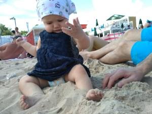 niemowle bawi sie piaskiem plaza gdansk