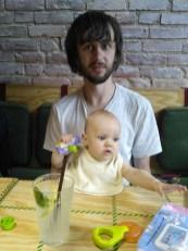 niemowle z tata w restauracji