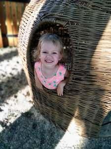 park żeromskiego w krakowie dziewczynka podczas zabawy