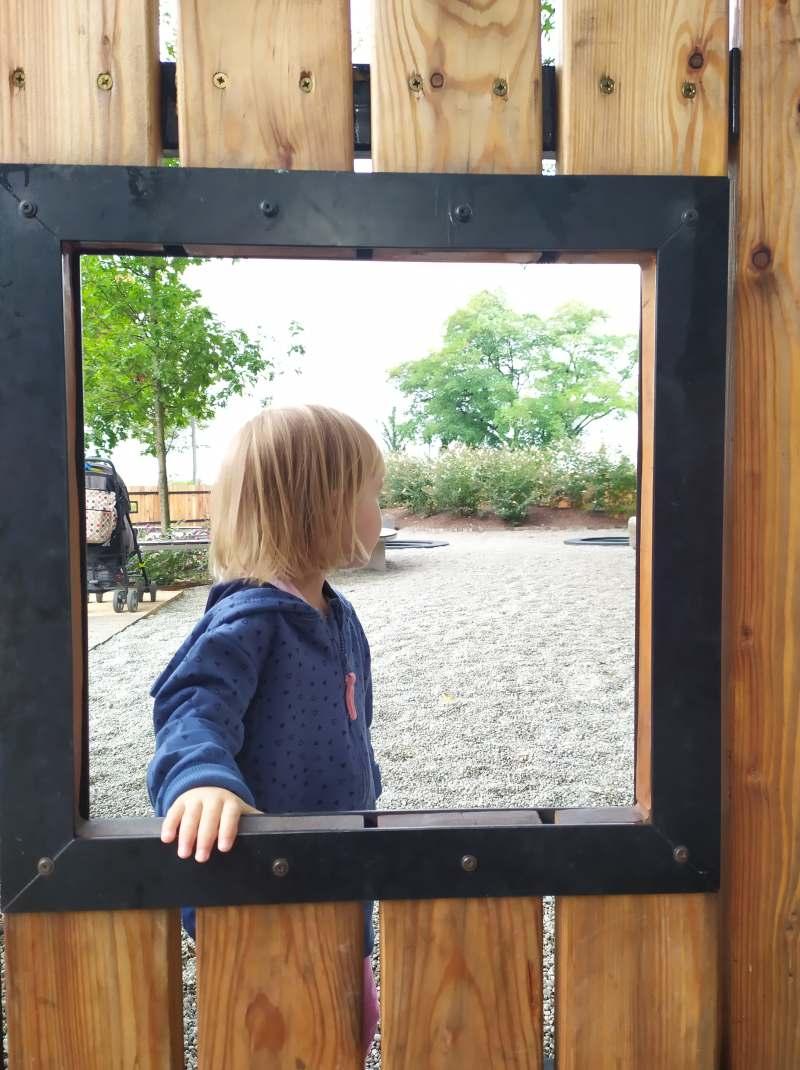 dziewczynka wpatruje się w plac zabaw