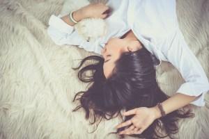 kobieta leże zrelaksowana na łóżku