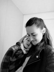 mama przytula rozżalone dziecko