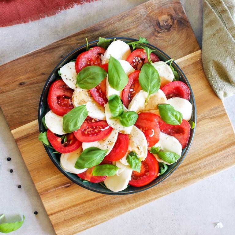 caprese - salat med tomat, mozzarella og basilikum