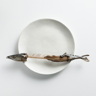 前原冬樹の作品 「皿に秋刀魚」
