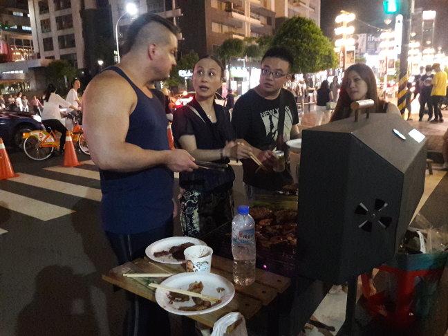 Учу тайваньцев как жарить мясо :)