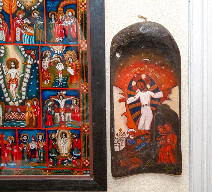 Icoană a lui Iisus, realizată în lemn scobit (covată, foto dreapta)