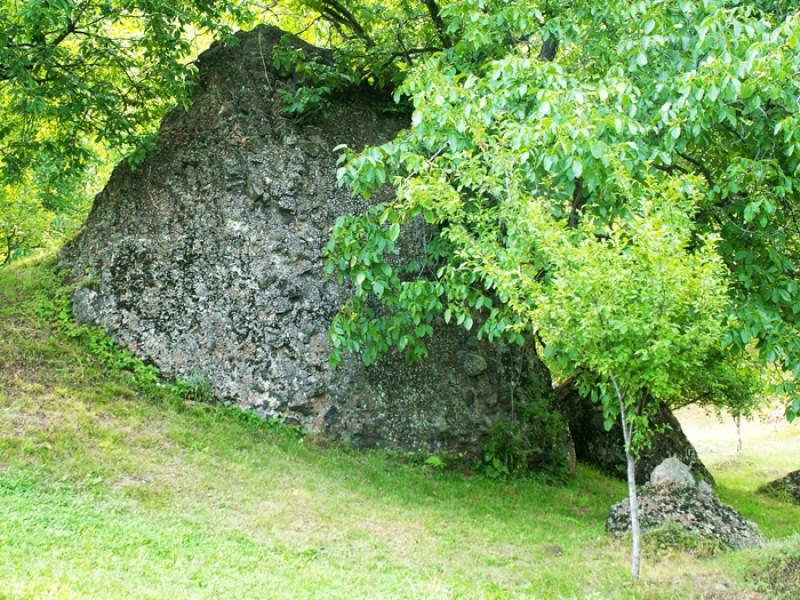 Clăile de piatră din satul Şurdeşti (Maramureş) au o legendă fascinantă
