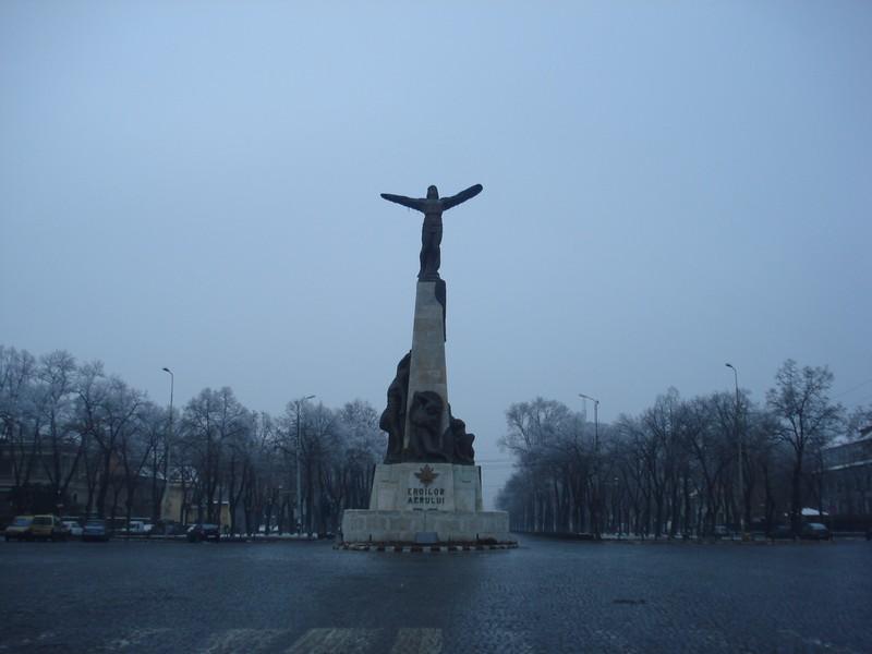 Monumentul Eroilor Aerului din Capitală, realizat de către Iosif Fekete în colaborare cu Lidia Kotzebue