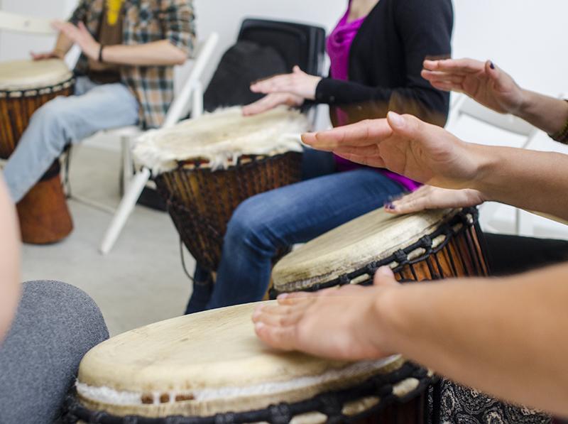 Frumusețea instrumentului djembe este aceea că se folosesc mâinile goale, pentru o experiență inedită