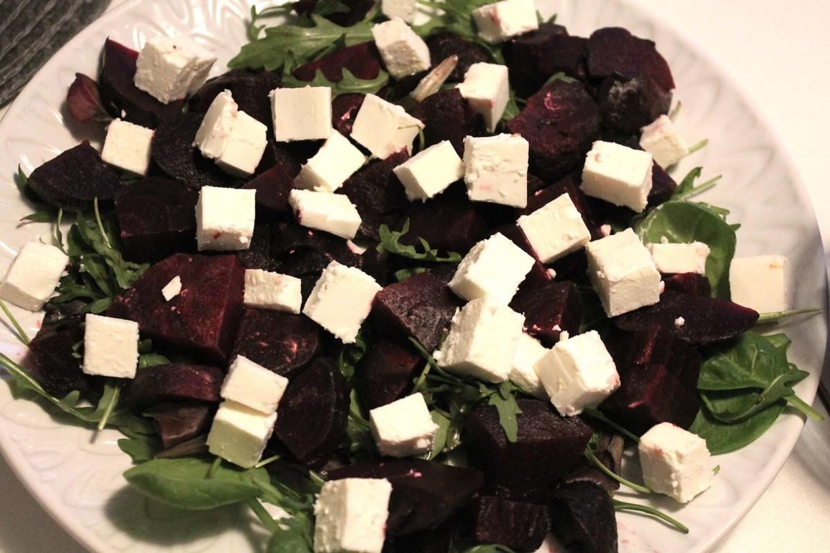 Rödbetor och fetaost på salladsbädd