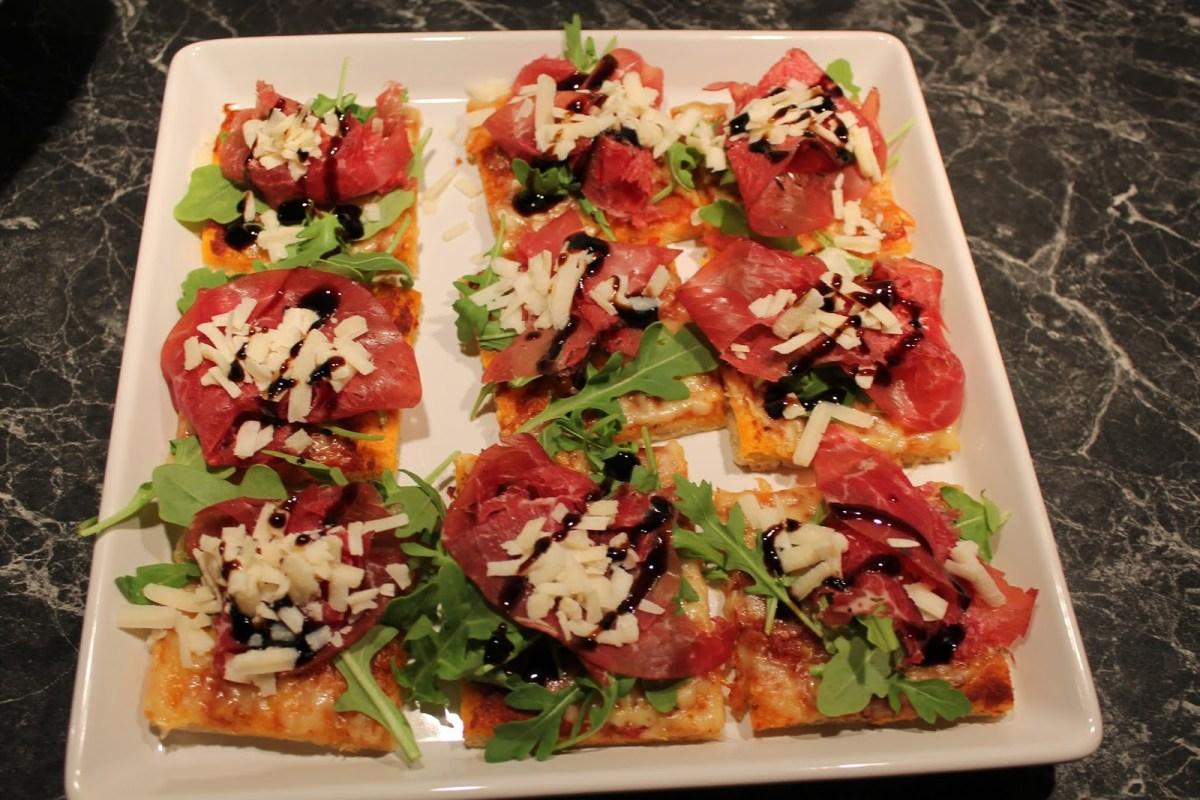 Minipizzor med bresaola, ruccola, parmesan och balsamico