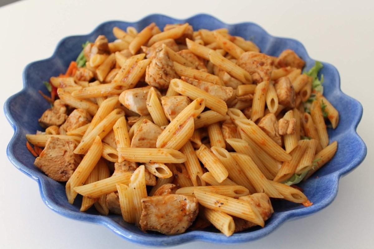 Pasta- och kycklingsallad med pesto