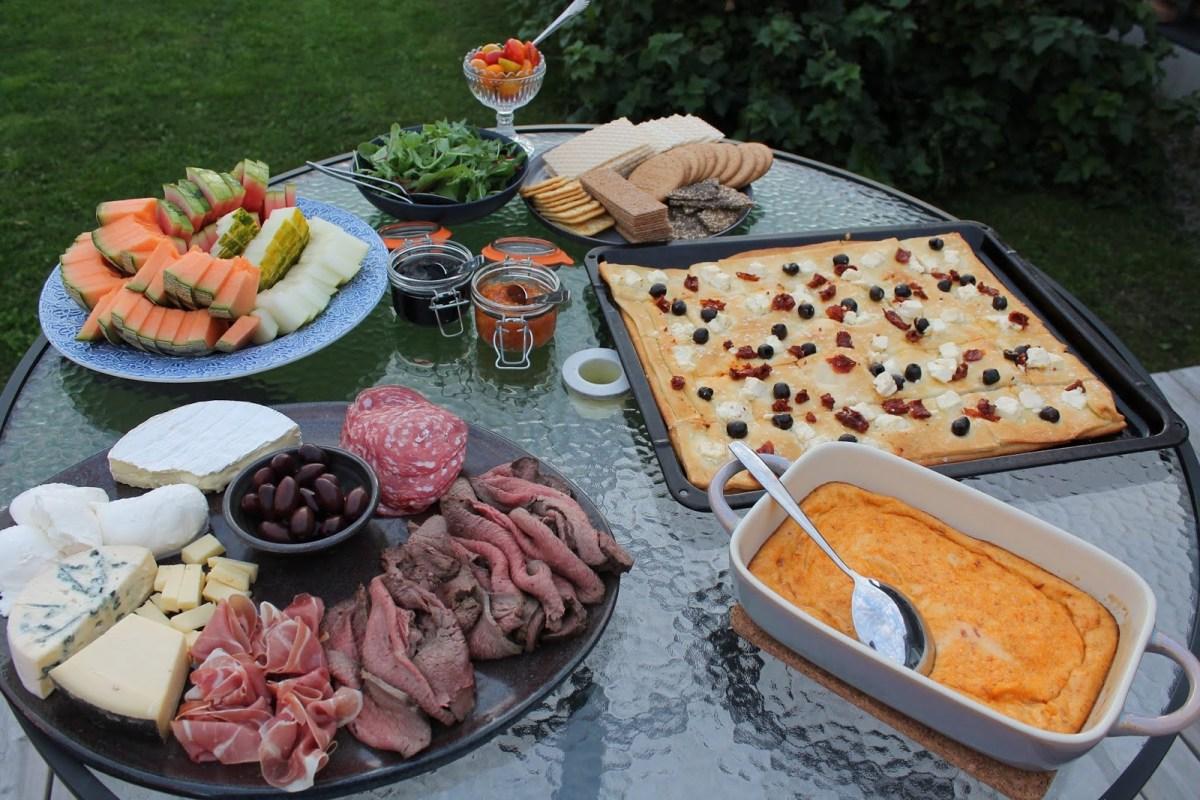 Fredagsmys med ost- och charkbricka och annat gott