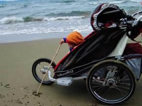 Spaziergang am Meer mit Kinderwagen