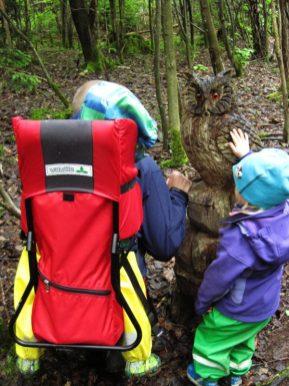 Suchspiele für Kinder mittem im Wald
