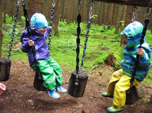 Spielstationen mitten im Wald